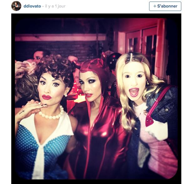 ... et elle n'a pas hésité à sortir comme ça avec ses copines J.Lo (costume de diable sexy troooooppp classique) et Demi Lovato