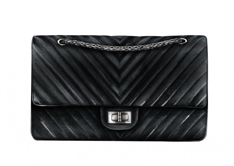 n°5: le 2.55 de Chanel... Créé en 1955 par Gabrielle Chanel, c'est l'un des sacs dont la valeur augmente le plus vite... Le coup de génie de Gabrielle ? Avoir mis une chaine dorée plutôt qu'une anse classique de sac pour pouvoir le porter en bandoulière !