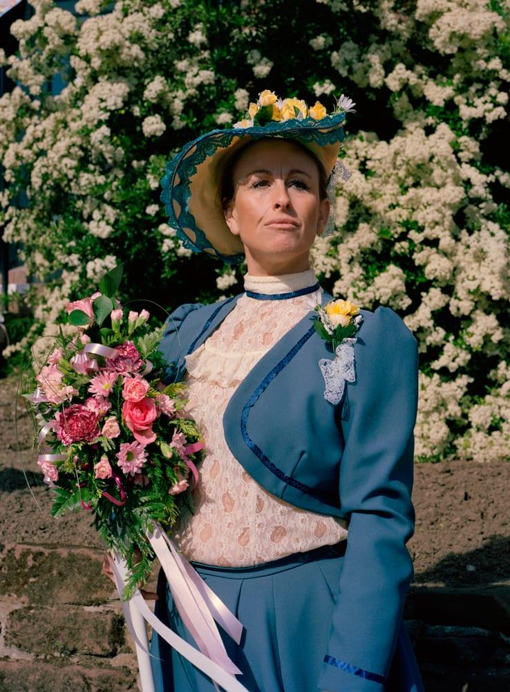 Neston Ladies Day Participant, Cheshire (2014)  Une participante à la journée annuelle des femmes de Neston dans le Cheshire(Uk) La marche célèbre la société féminine de la ville qui a été établie en 1814 pendant les guerres napoléoniennes pour donner un soutien financier aux femmes pendant la maladie, l'accouchement et la mort.