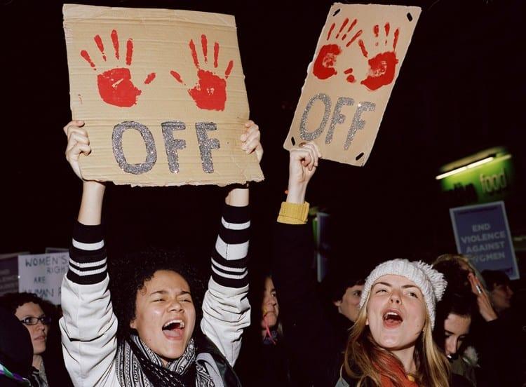 Reclaim the Night, London (2014)  Deux manifestantes à la manifestation de Reclaim the Night. Les manifestants parcourent les rues de Londres la nuit, pour protester contre la violence sexuelle et l'égalité des sexes.