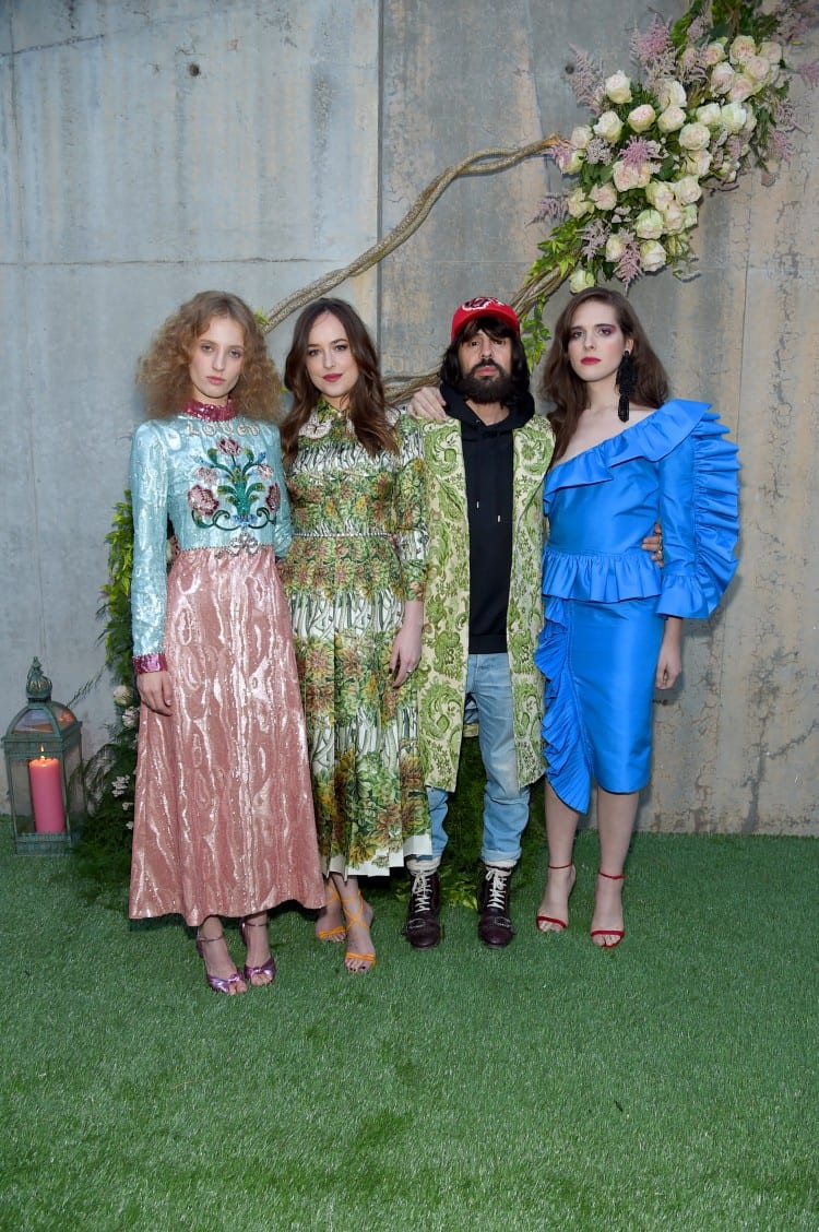 Les égéries de Gucci Bloom entoure le DA de la marque Petra Collins, Dakota Johnson, Alessandro Michele et Hari Nef