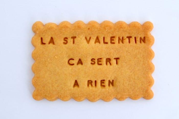 Shanty, c'est le nom de la créatrice de la marque debiscuits fondé en 2013.  Sur commande, elle fabrique 3 types de biscuits: sablé simple, sablé double fourré au chocolatet Shanty pop, un double biscuit sur son bâtonnet. Décliné en 15 parfums, le petit biscuit gourmand a rencontré le succès sur son e-shop comme auprès des plus grands noms de la Mode.Pour la Saint Valentin , ellerappelle à son amoureux quela Saint Valentin c'est tous les jours ou jamais.   Paquet de 20 biscuits personnalisé:25 €https://shantybiscuits.com/